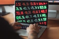 研究证券管理过程安全的膝上型计算机的人 免版税库存图片