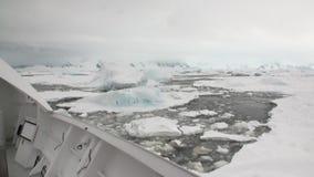 研究远征在南极洲海洋白色雪冰冰山的船船  股票录像