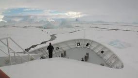 研究远征船的人们在南极洲海洋冰冰山  股票视频