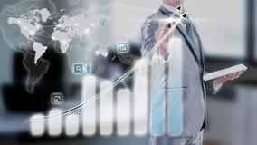 研究长条图经营战略概念的商人 免版税库存照片