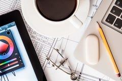 研究项目、一种片剂和一台膝上型计算机在桌上 图库摄影