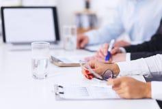 研究项目的商人在办公室 免版税库存图片