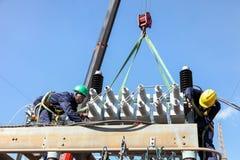 研究高压输电线的电工 库存图片