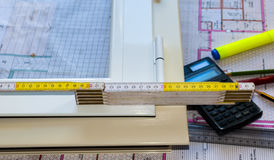 研究结垂直的铝框架箱子 库存照片