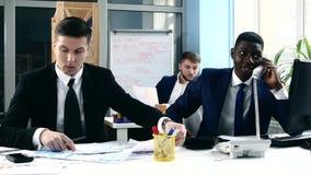 研究他们的企业项目的企业队 影视素材