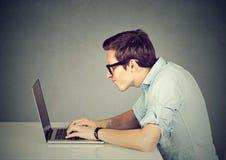 研究他的便携式计算机的技术怪杰 免版税图库摄影
