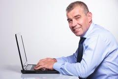研究他的膝上型计算机的老商人 免版税库存照片