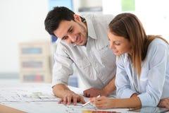 研究建筑计划的建筑师队  免版税库存图片