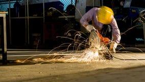 研被切开的金属,在sha一刹那灯光管制线的焦点的工作者用途  免版税库存图片