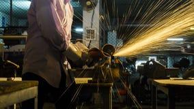 研被切开的金属,在sha一刹那灯光管制线的焦点的工作者用途  库存图片