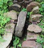 研面粉的被放弃的水车古老石轮子  免版税库存图片