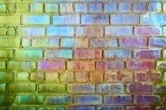 砖上色呈虹彩彩虹粗砺的墙壁 免版税库存图片