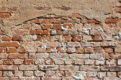 砖关闭破裂的老墙壁 免版税库存照片