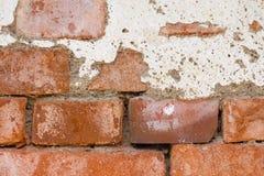 砖关闭破裂的老墙壁 库存照片