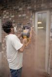 砖切割工 库存照片