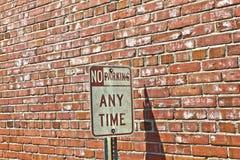 砖前面禁止停车符号 免版税库存图片