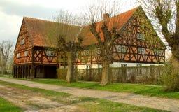 砖半房子用了木材建造 库存照片