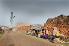 砖厂印地安人人工妇女 库存照片