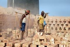 砖厂印度人工 免版税图库摄影