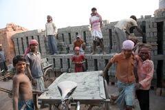 砖厂工作者在Sarberia,西孟加拉邦,印度 库存照片