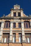 砖历史的房子(布鲁日,比利时)的三角形屋顶 库存图片