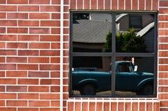 砖反映卡车墙壁视窗 库存照片