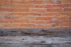 砖和石墙有老木地板的 图库摄影