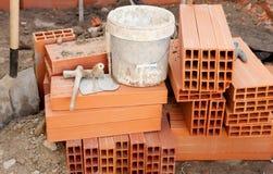 砖和建筑工具 免版税库存照片