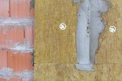 砖和绝缘材料羊毛新的墙壁  免版税库存图片