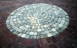 砖圆的石走道 免版税库存图片