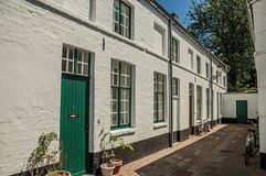 砖在一个小胡同的房子和窗口门面有门的在布鲁日 免版税库存照片