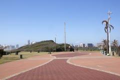 砖在海滩散步德班,南非的被铺的走道 免版税库存照片