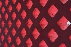 砖块桃红色和光通过孔 库存照片