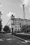 砖城市女孩街道墙壁 修造的1952年电视塔 库存图片