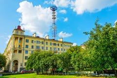 砖城市女孩街道墙壁 修造的1952年电视塔 免版税库存照片