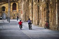 砖城市女孩街道墙壁 市姆迪纳拉巴特 马耳他群岛 库存照片