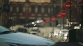砖城市女孩街道墙壁 许多汽车在交通堵塞 路 都市的业务量 股票录像