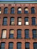砖城市遗弃旅馆墙壁 免版税库存图片