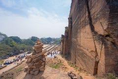 砖堆积被建立崇拜到Mingun塔有下面旅游背景 免版税库存照片