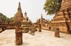 砖塔和寺庙Wat玛哈的古老被破坏的专栏与菩萨雕象 库存照片