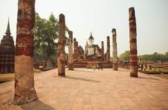 砖塔和寺庙Wat玛哈的古老被破坏的专栏与菩萨雕象 免版税库存照片