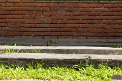 砖墙作为背景使用的块垂直 免版税库存图片