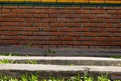 砖墙作为背景使用的块垂直 库存照片