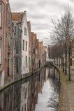 砖墙和一个老城市视图 库存图片