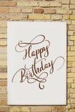 砖墙和白色板料和文本生日快乐 书法字法 免版税库存照片