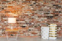 砖墙和礼物袋子 免版税图库摄影