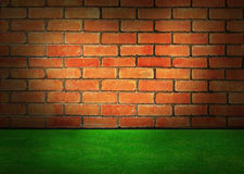 砖墙和绿草 免版税库存图片