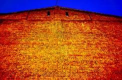 砖墙在波纹状的金属三角屋顶下 库存照片
