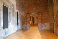砖墙在Gatchina好朋友的恢复的Chesme画廊 免版税库存照片
