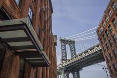 砖墙大厦和曼哈顿桥梁在布鲁克林纽约C 库存照片